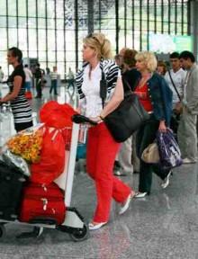 ürkiye?ye giden Rus turist say?s? geçen y?lla k?yasla yüzde 18 artarak iki milyon 340 bini geçti. Rakam? olumlu de?erlendiren Rus yetkililer, Türkiye?nin Rus turistlerin gözde yeri olmaya devam etti?ini belirtti.